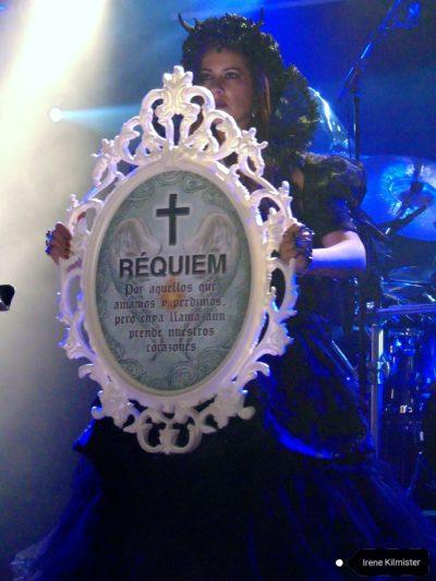 Performance del grupo Zarina Danza Rock durante el tema Requiem